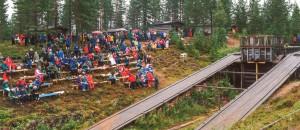 Publikum er på plass til den aller første forestillinga, 11. august 2001. Foto: Museumssenteret i Trysil/Engerdal